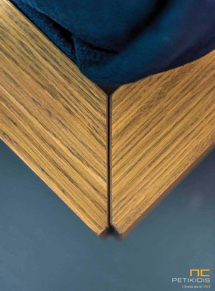 Κρεβατοκάμαρα New free κατασκευασμένη με ξύλο δρυς και λεπτομέρειες λάκας. Το κεφαλάρι διαθέτει αποσπώμενες υφασμάτινες μαξιλάρες.Λεπτομέρεια γωνίας κρεβατιού.