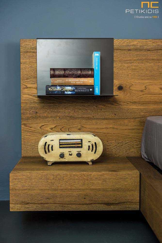 Κρεβατοκάμαρα Joy από ξύλο δρυς ρουστίκ με λεπτομέρεια τεχνοδέρματος στο κεφαλάρι και διακοσμητική λάκα.Λεπτομέρεια κομοδίνου.