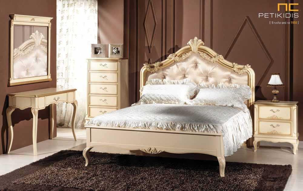 Κρεβατοκάμαρα Κορωνίς σε ξύλο και πατίνα σε εκρού χρυσες αποχρώσεις. Το κεφαλάρι διαθέτει σκαλιστά χειροποίητα λουλούφια και καπιτονέ βελούδο ύφασμα.