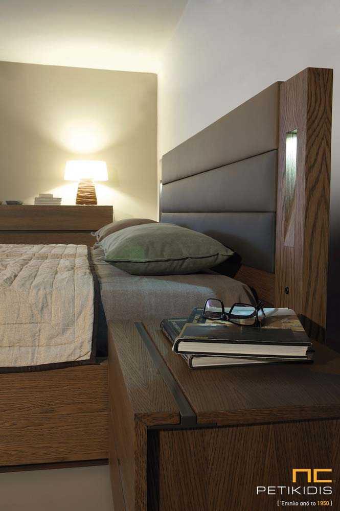 Κρεβατοκάμαρα Line από ξύλο δρυς, τεχνόδερμα στο κεφαλάρι και διακοσμητικό προαιρετικό φωτισμό.Λεπτομέρεια φωτισμού.