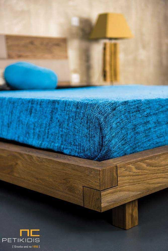 Κρεβατοκάμαρα New wood σε ξύλο δρυς ρουστίκ και λεπτομέρειες στο κεφαλάρι από τεχνόδερμα και λάκα στα συρτάρια των κομοδίνων. Λεπτομέρεια ποδαρικού.