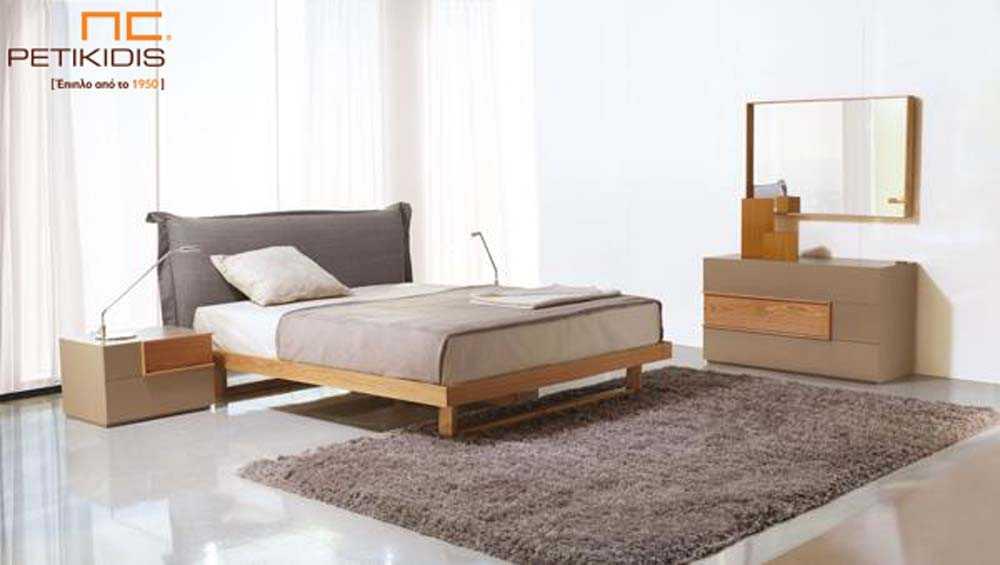 Κρεβατοκάμαρα Solid σε μασίφ ξύλο δρυς και υφασμάτινο κεφαλάρι. Τα πόδια του κρεβατιού είναι μέταλλο και έχει διακοσμητική λάκα στα συρτάρια.