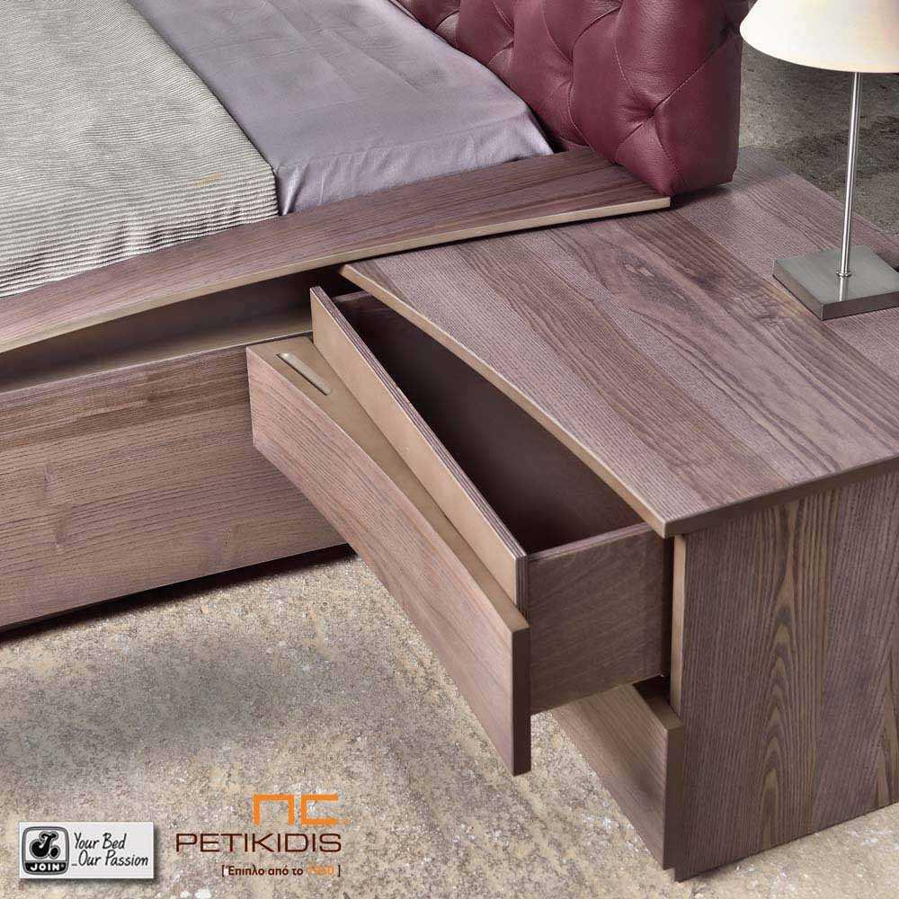 Κρεβατοκάμαρα Ιοκάστη με καπιτονέ δερμάτινο κεφαλάρι. Είναι κατασκευασμένο από ξύλο ελιάς.Λεπτομέρεια κομοδίνου.