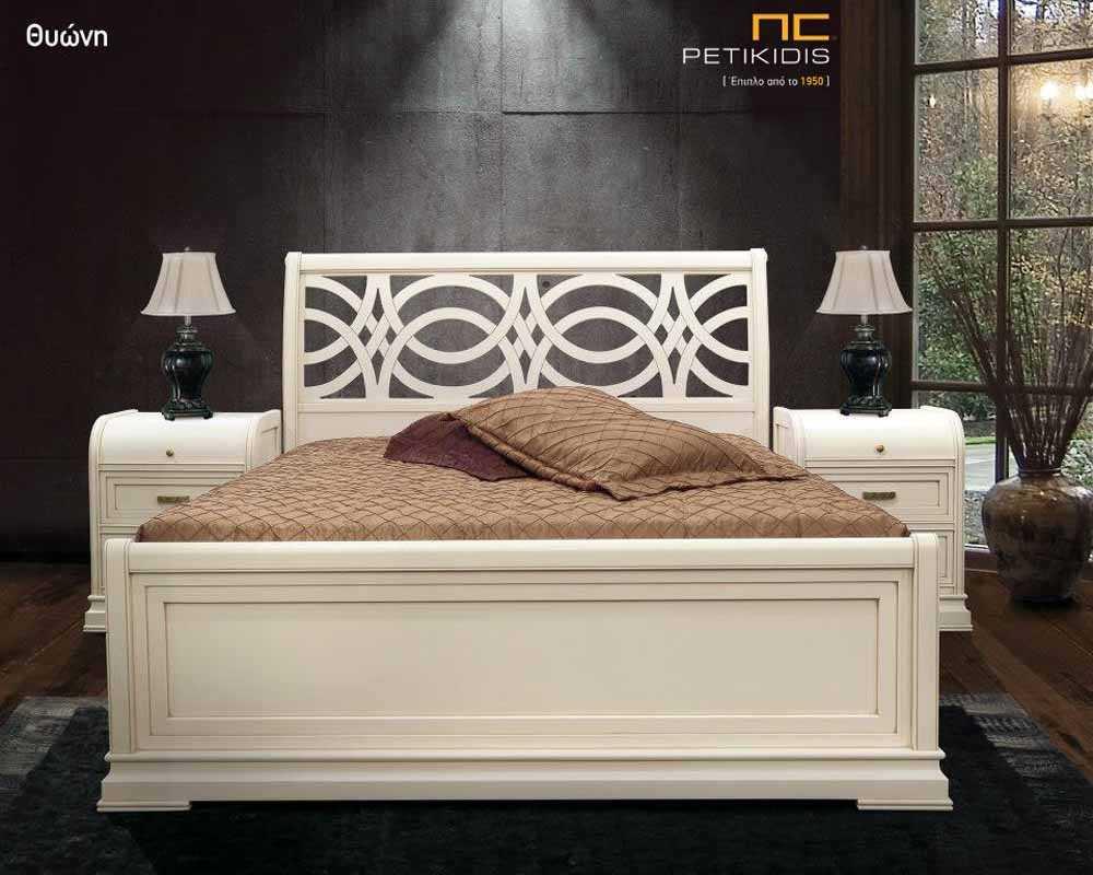 Κρεβατοκάμαρα Θεώνη σε ξύλο και λάκα εκρού. Το κεφαλάρι έχει ιδιαίτερο κλασσικό σχέδιο