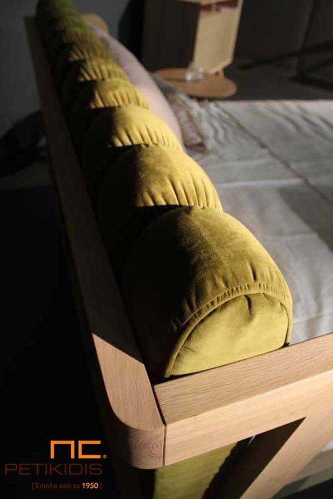Κρεβατοκάμαρα Hug από ξύλο δρυς. Διαθέτει υφασμα΄τινο καπιτονέ μαξιλάρι στο κεφαλάρι με ύφασμα βελούδο αλέκιαστο και αδιάβροχο. Λεπτομέρεια κεφαλαριού 2