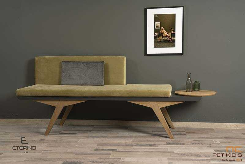 Πάγκος Free με σκελετό από ξύλο δρυς ρουστίκ. Διαθέτει ενσωματωμένο τραπεζάκι και μαξιλάρι στο κάθισμα και την πλάτη σε πράσινο χρώμα, για μεγαλύτερη άνεση και ύφασμα βελούδο αδιάβροχο.