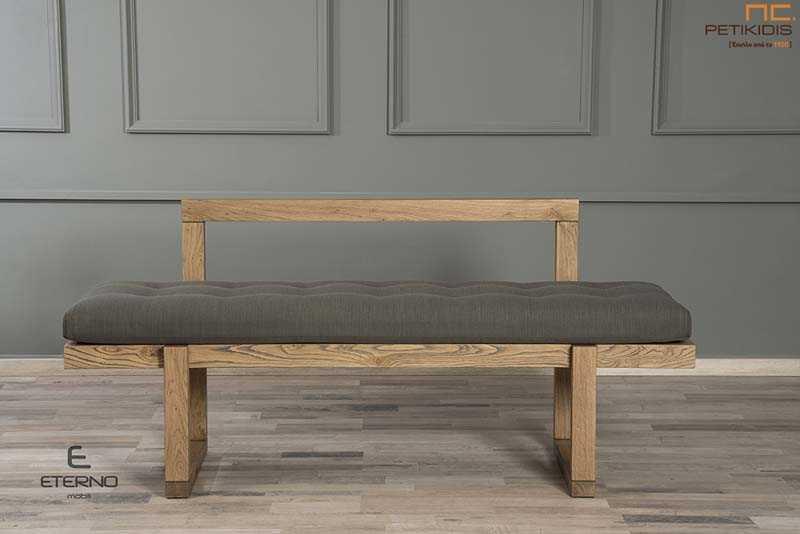 Πάγκος Joy με σκελετό από ξύλο δρυς ρουστίκ και με μεγάλο μαξιλάρι στο κάθισμα σε γκρι λαδί χρώμα, που προσφέρει extra άνεση και ύφασμα αλέκιαστο και αδιάβροχο.Λεπτομέρεια.
