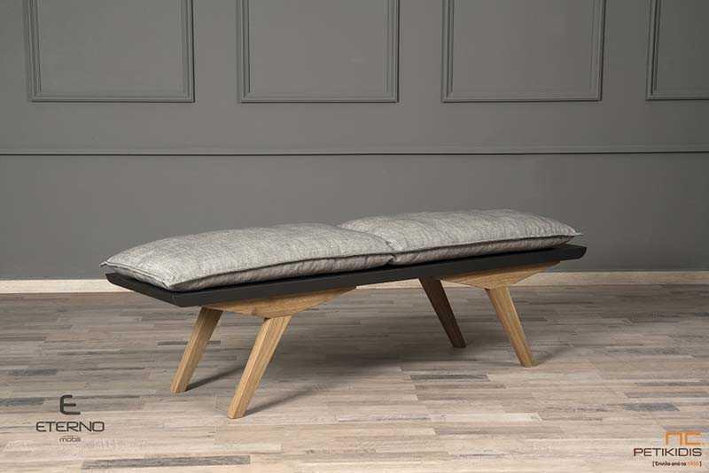 Πάγκος Life με πόδια από μασίφ ξύλο δρυς και βάση λάκα σε σκούρο γκρι. Συμπληρώνεται από διπλό μαξιλάρι καθίσματος σε γκρι χρώμα.