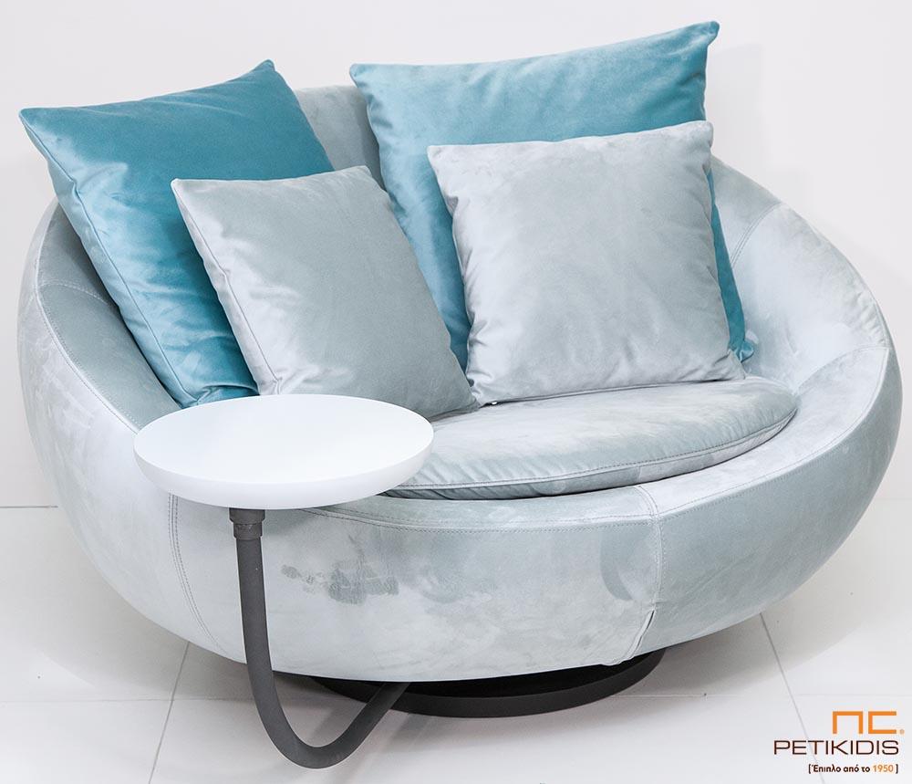 Πολυθρόνα Nest με μεταλλική βάση και τραπεζάκι με δυνατότητα περιστροφής και ύφασμα βελούδο αλέκιαστο και αδιάβροχο. Ο σχεδιασμός της δίνει τη μέγιστη δυνατότητα ανάπαυσης.
