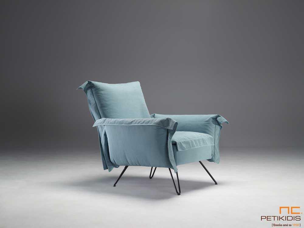 Πολυθρόνα People με μεταλλικά πόδια με ιδιαίτερα άνετο κάθισμα.