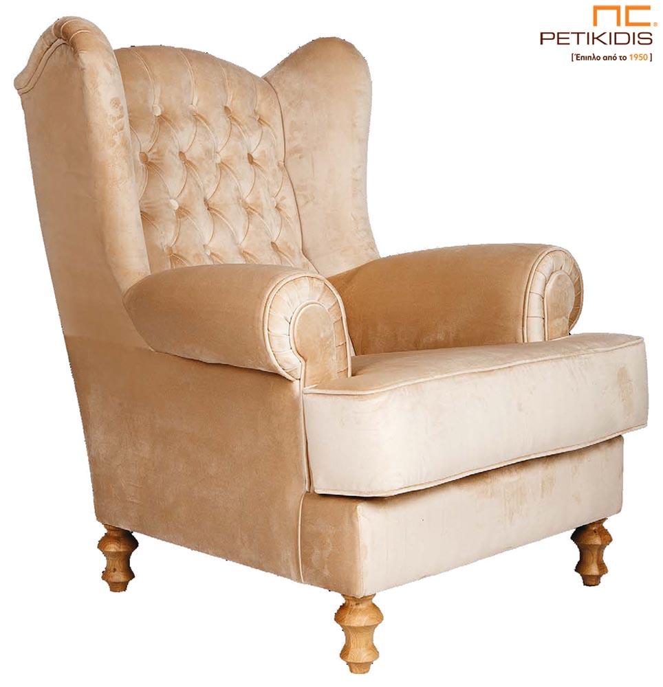 Πολυθρόνα Ρέα με καπιτονέ πλάτη και ξύλινα πόδια σε νεοκλασικό ύφος με βελούδινο μπεζ, αλέκιαστο και αδιάβροχο ύφασμα.