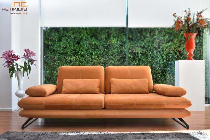 Καναπές Albert με μηχανισμούς στην πλάτη και στα μπράτσα και μεταλλικά πόδια. Το ύφασμα σε κεραμιδί χρώμα είναι αλέκιαστο και αδιάβροχο.