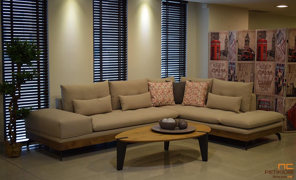 Σαλόνι γωνία Amelie με δρυς ρουστίκ βάση και μεταλλικά πόδια σε εκρού ύφασμα αδιάβροχο.