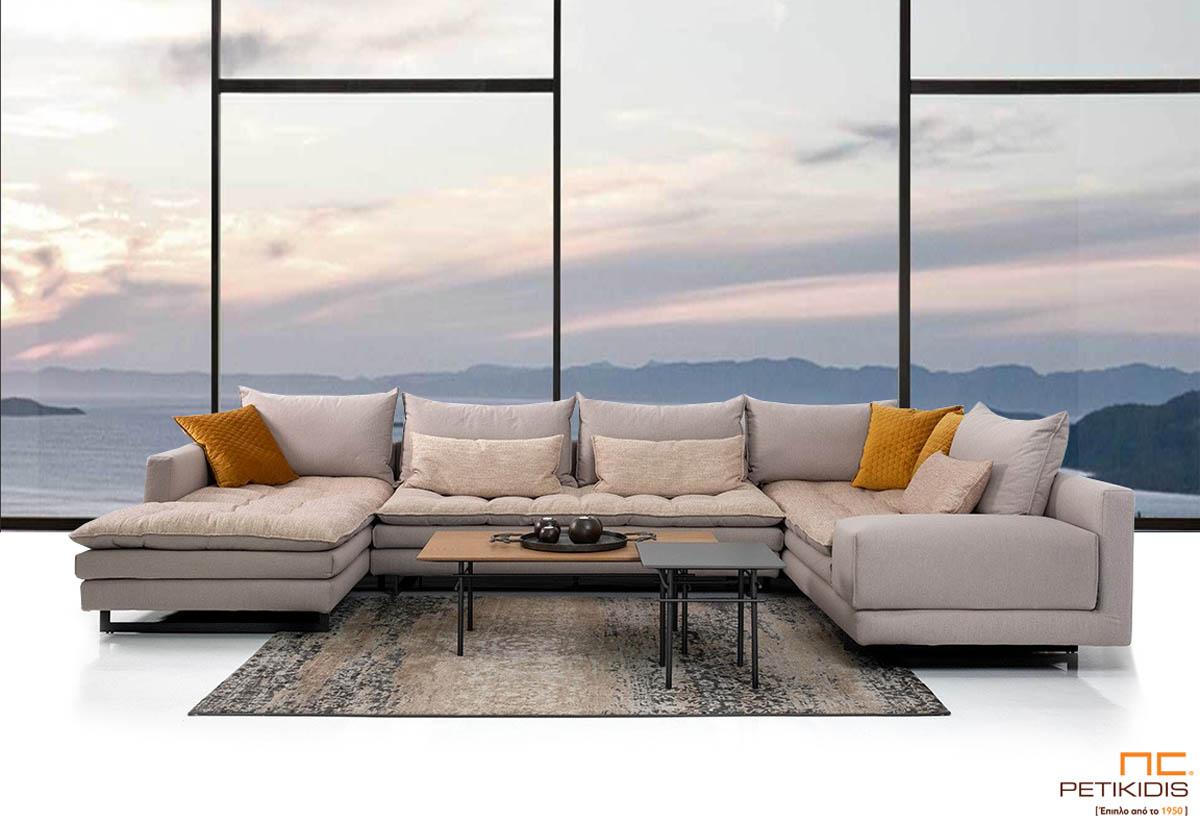 Σαλόνι γωνία Bolivar σε σχήμα 'πι' με διπλό καπιτονέ μαξιλάρι στο κάθισμα για μεγαλύτερη ανάπαυση. Ύφασμα λινό εκρου και διακοσμητικά μαξιλάρια κίτρινα σε καπιτονέ βελούδο.