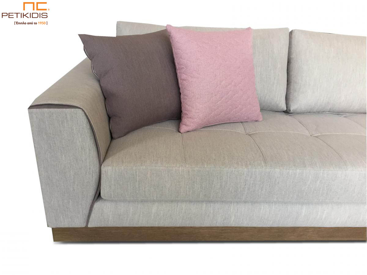 Σαλόνι γωνία Ferrero με ξύλινη βάση και καπιτονέ μαξιλάρι καθίσματος.Το ύφασμα είναι σε εκρου τόνους αλέκιαστο και αδιάβροχο και διακοσμητικά μαξιλαράκια σε ροζ μοβ αποχρώσεις. Λεπτομέρεια.