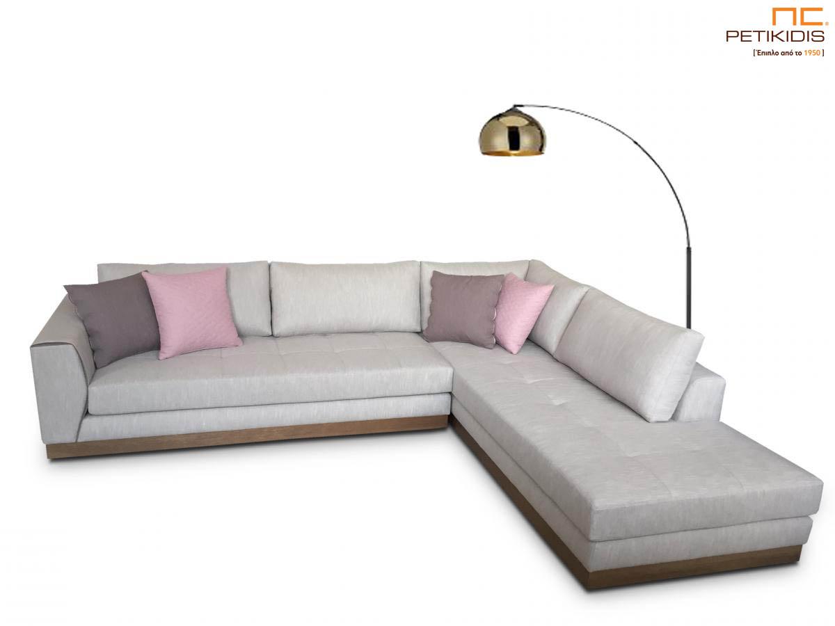 Σαλόνι γωνία Ferrero με ξύλινη βάση και καπιτονέ μαξιλάρι καθίσματος.Το ύφασμα είναι σε εκρου τόνους αλέκιαστο και αδιάβροχο και διακοσμητικά μαξιλαράκια σε ροζ μοβ αποχρώσεις.