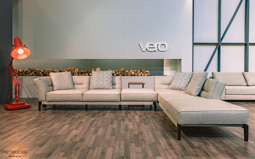 Σαλόνι γωνία Flex με μεταλλικά πόδια σε εκρου ύφασμα αδιάβροχο.