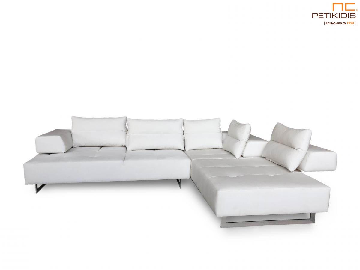 Σαλόνι γωνία Marion με καπιτονέ μαξιλάρι στο κάθισμα και μηχανισμό που δίνει τη δυνατότητα να εκμεταλλευτούμε όλο το βάθος το σαλονιού. Το ύφασμα είναι λευκό αλέκιαστο και αδιάβροχο με μεταλλικά πόδια.