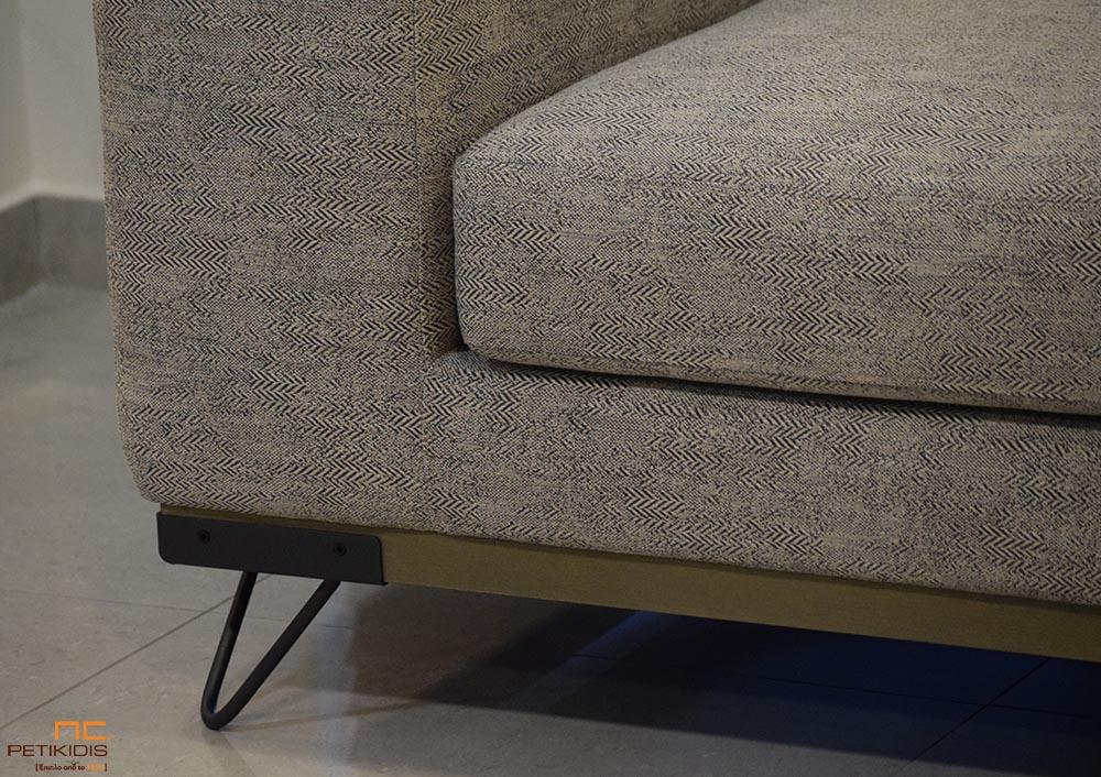 Σαλόνι γωνία Mirage με βάση από ξύλο ρουστίκ και μεταλλικά πόδια με ύφασμα σε γκρι μπεζ αποχρώσεις με σχέδιο στην πλέξη ΄ψαροκόκαλου'.Πολυθρόνα SWING σε μουσταρδί χρώμα με μεταλλικά πόδια. Λεπτομέρεια.