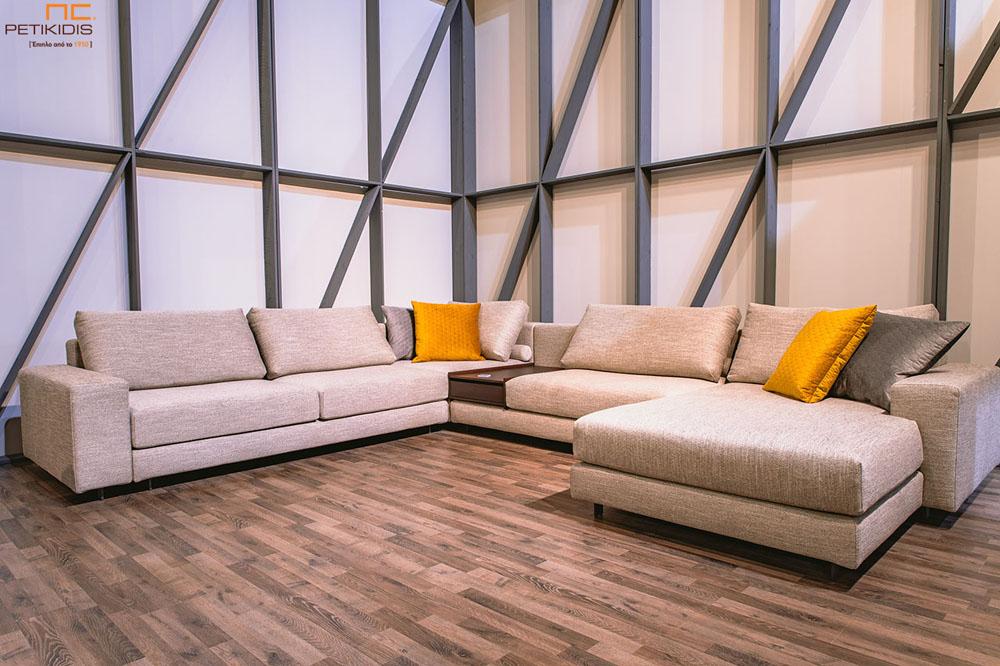 Σαλόνι γωνία Mozart σε σχήμα 'πι' με εκρου ύφασμα αδιάβροχο και διακοσμητικά μαξιλάρια με χρώμα.