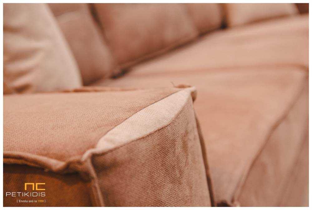 Σαλόνι γωνία Νο118 σε καφέ αποχρώσεις με αλέκιαστο και αδιάβροχο ύφασμα. Διαθέτει δυνατότητα αλλαγής της φοράς της γωνίας στο χώρο ανάλογα τις ανάγκες. Λεπτομέρεια.