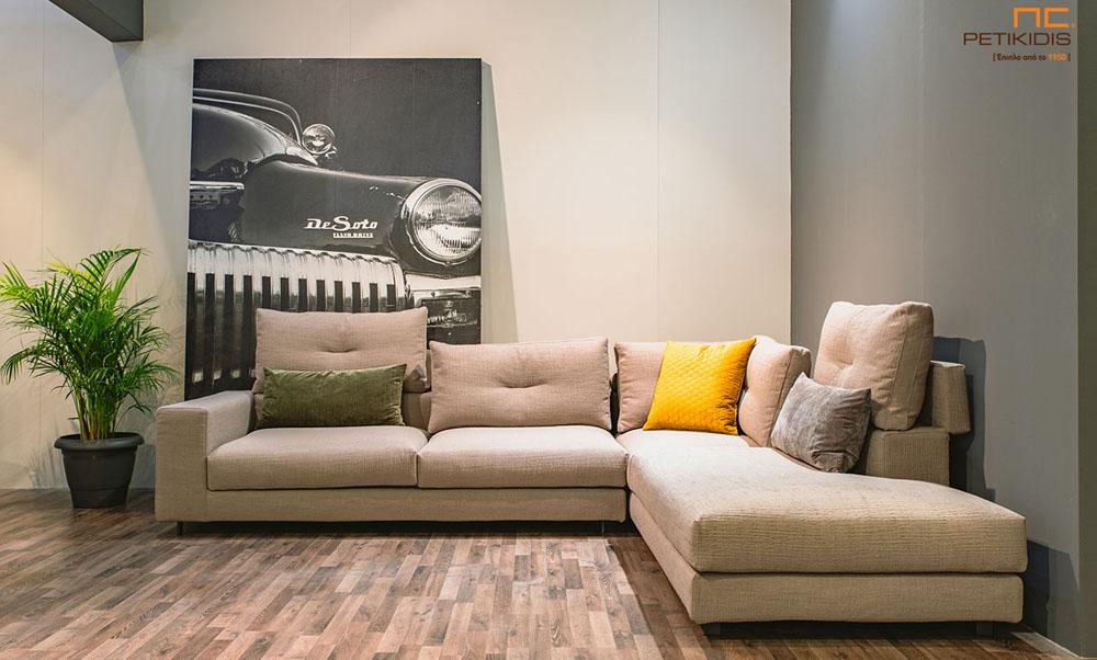 Σαλόνι γωνία Nouovo με δυνατότητα να τοποθετηθεί το μαξιλάρι της πλάτης για μεγαλύτερη ανάπαυση. Το ύφασμα είναι σε μπεζ αποχρώσεις και διαθέτει χρωματιστά διακοσμητικά μαξιλάρια. Στα μαξιλάρια της πλάτης υπάρχει διακοσμητικό γαζί.