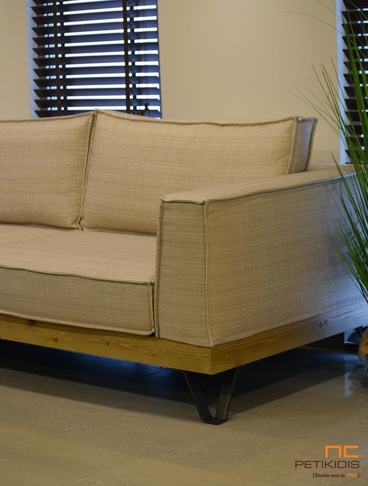 Σαλόνι γωνία Roustic με βάση από ξύλο ρουστίκ και μεταλλικά πόδια. Το ύφασμα σε εκρου αποχρώσεις αδιάβροχο και αλέκιαστο και με δυνατότητα αφαίρεση του για τη δυνατότητα εύκολου καθαρίσματος. Λεπτομέρεια.