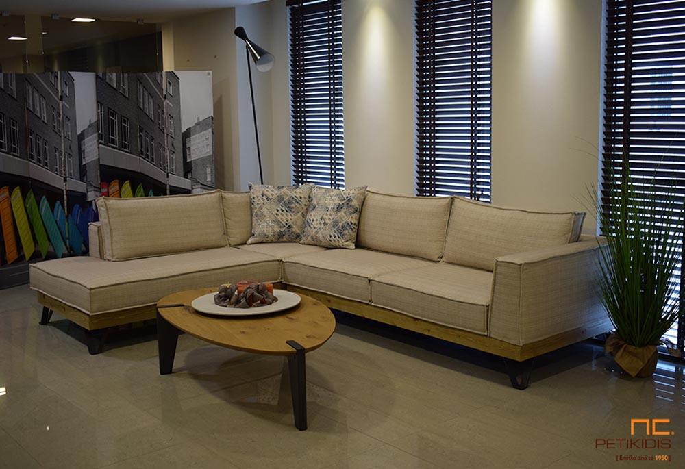 Σαλόνι γωνία Roustic με βάση από ξύλο ρουστίκ και μεταλλικά πόδια. Το ύφασμα σε εκρου αποχρώσεις αδιάβροχο και αλέκιαστο και με δυνατότητα αφαίρεση του για τη δυνατότητα εύκολου καθαρίσματος.