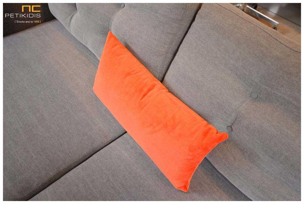 Σαλόνι γωνία Sixty με ξύλινη βάση και καπιτονέ ύφασμα στα μαξιλάρια της πλάτης σε γκρι αδιάβροχο ύφασμα και χρωματιστά διακοσμητικά μαξιλάρια. Λεπτομέρεια.