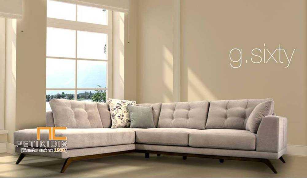 Σαλόνι γωνία Sixty με ξύλινη βάση και καπιτονέ ύφασμα στα μαξιλάρια της πλάτης σε μπεζ αλέκιαστο και αδιάβροχο ύφασμα.
