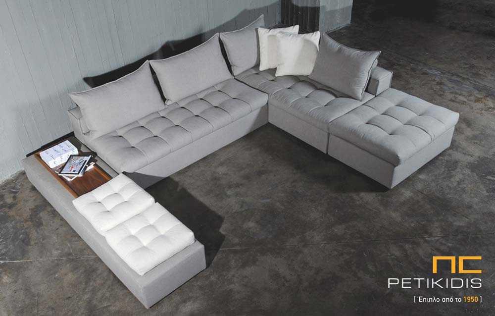 Σαλόνι γωνία Soft σε σχήμα 'πι' με καπιτονέ μαξιλάρια καθίσματος. Το ύφασμα αφαιρείται από όλο το σαλόνι για εύκολο καθάρισμα και έιναι αλέκιαστο αδιάβροχο σε γκρι τόνους. Έχει τη δυνατότητα να αλλάξει η διάταξη του ανάλογα το χώρο .