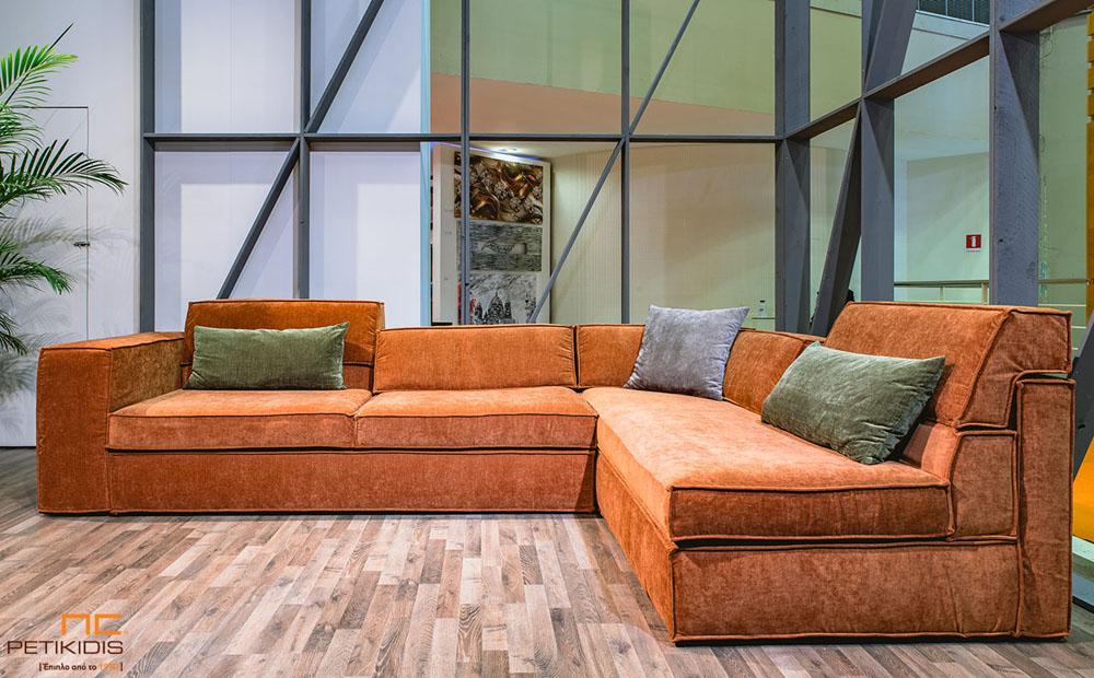Σαλόνι γωνία Up με μαξιλάρι που σηκώνεται στην πλάτη δίνοντας μεγαλύτερο βάθος στο κάθισμα για μεγαλύτερη άνεση. Ύφασμα βελούδο σε κεραμιδί χρώμα αδιάβροχο και πράσινα διακοσμητικά μαξιλάρια.