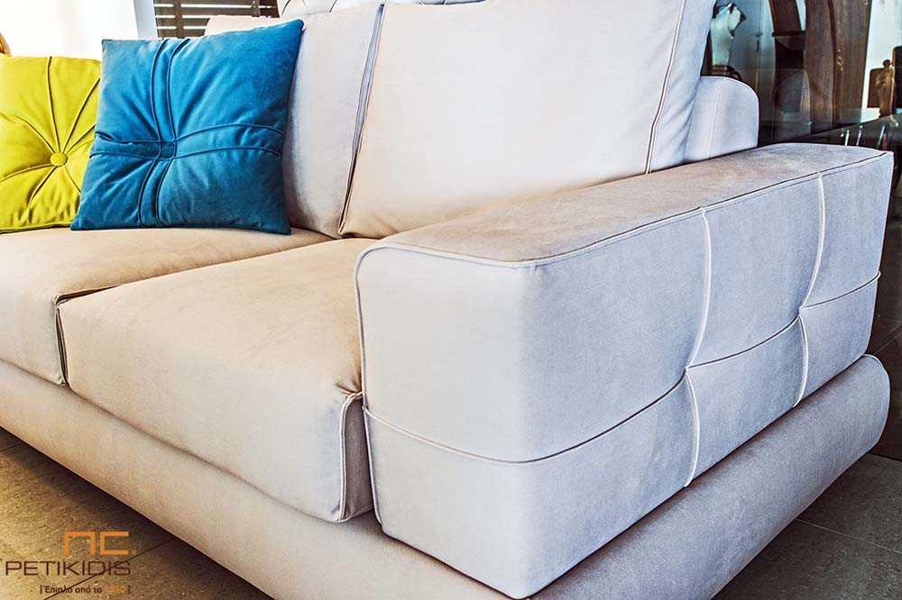Σαλόνι Loveseat σε διθέσιο και τριθέσιο καναπέ με μεταλλικό πόδι και εκρού ύφασμα αλέκιαστο και αδιάβροχο. Λεπτομέρεια.