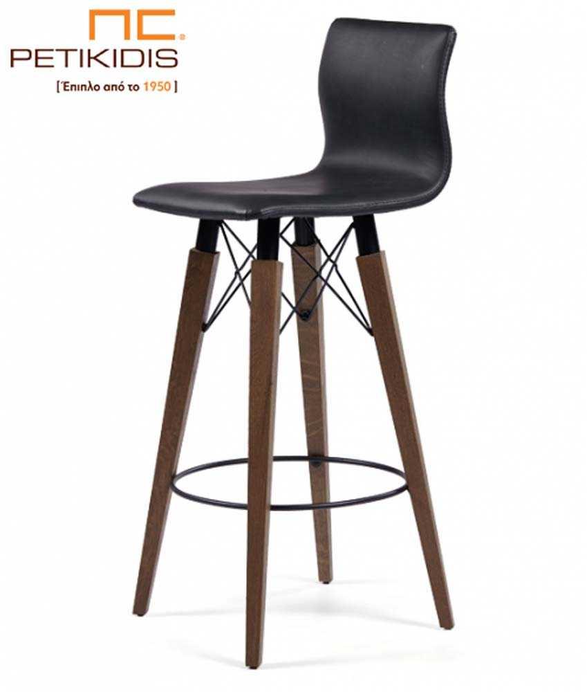 Σκαμπό Νο191 με βάση από μασίφ ξύλο οξιάς και μεταλλικές λεπτομέρειες. Το κάθισμα και πλάτη είναι από μαύρο τεχνόδερμα.
