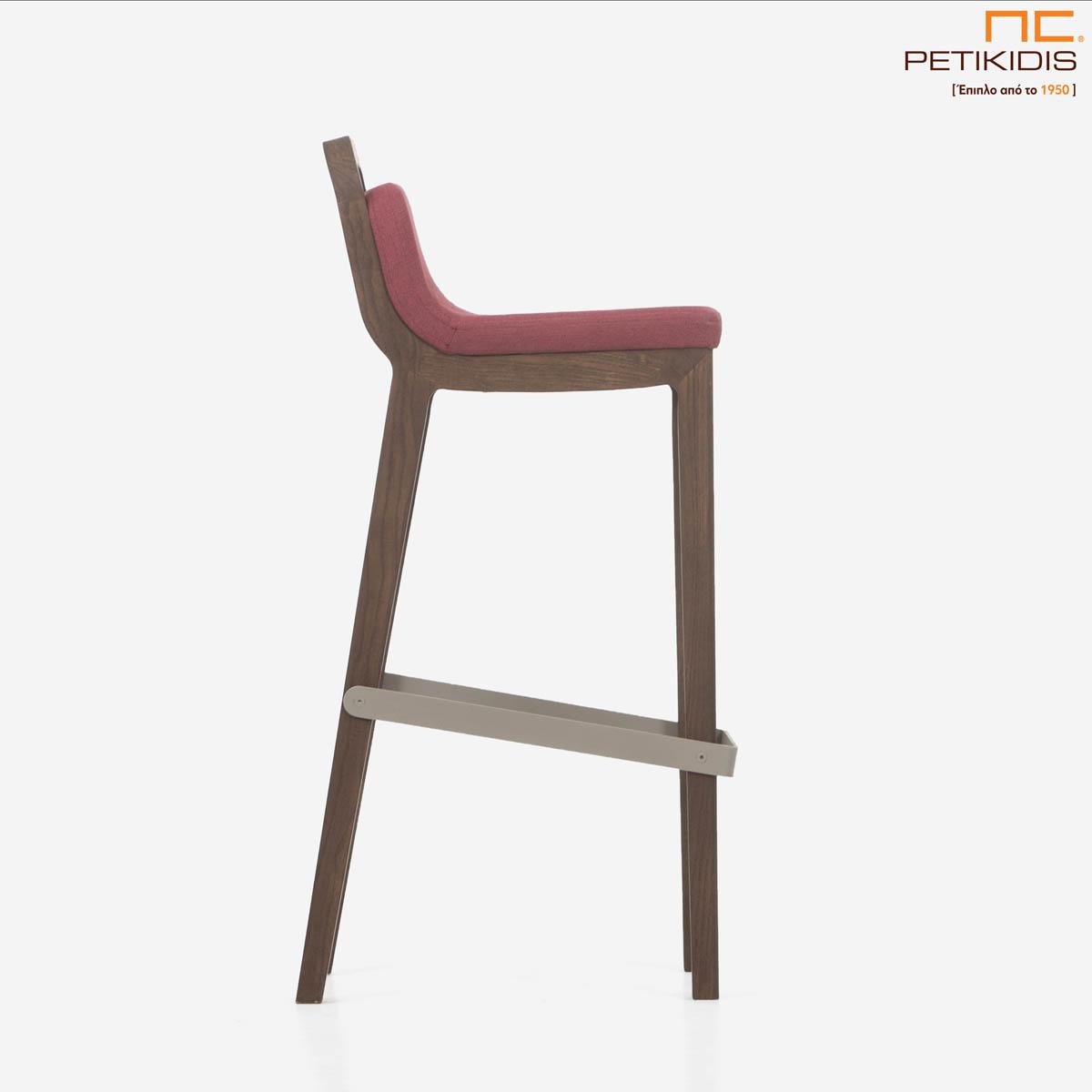 Σκαμπό Irida. Κατασκευάζεται σε δύο ύψη καθίσματος από μασίφ ξύλο. Το ύφασμα είναι σε μπορντό αποχρώσεις αδιάβροχο και αλέκιαστο. Λεπτομέρεια.