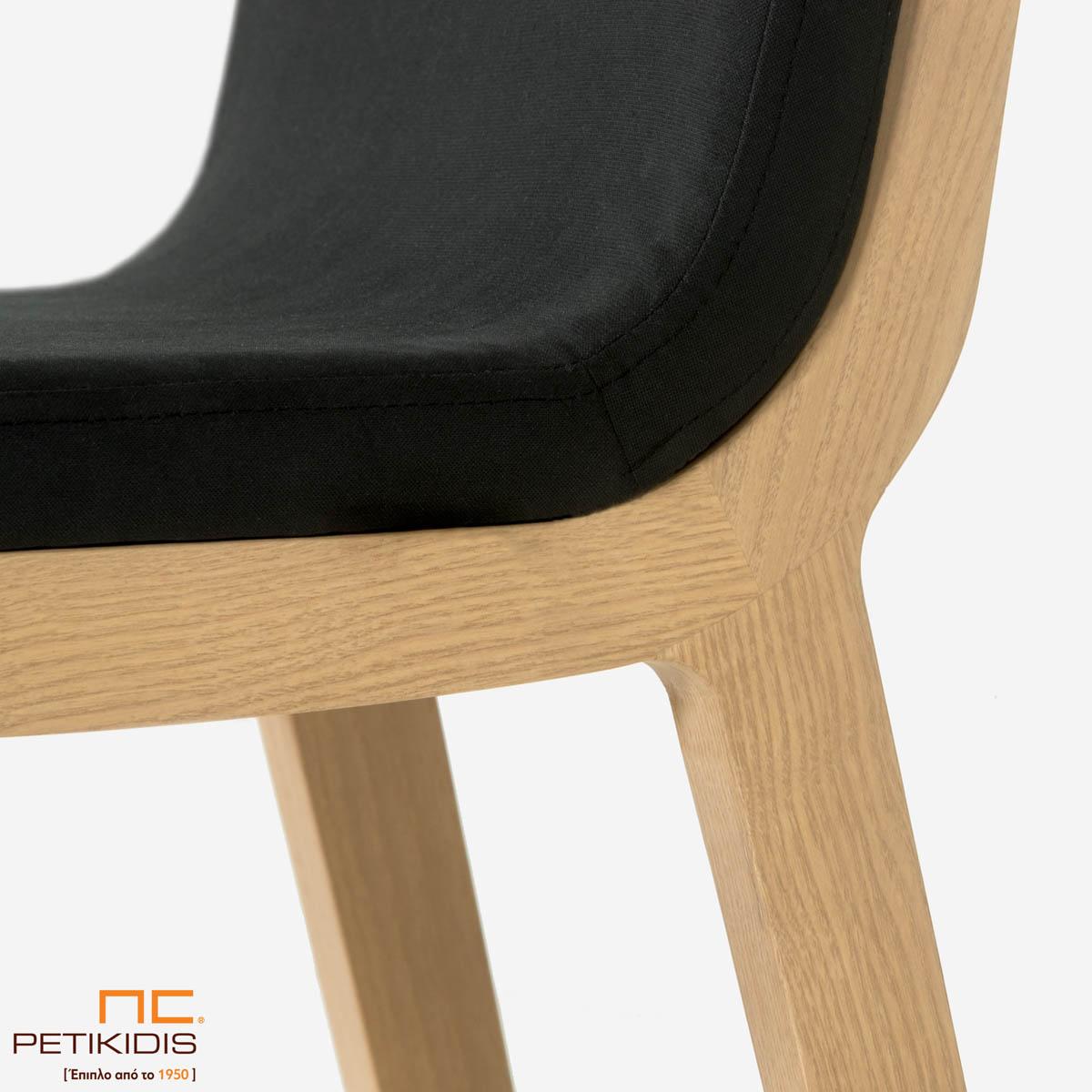 Σκαμπό Irida. Κατασκευάζεται σε δύο ύψη καθίσματος από μασίφ ξύλο. Το ύφασμα είναι σκούρο γκρι αδιάβροχο και αλέκιαστο. Λεπτομέρεια.