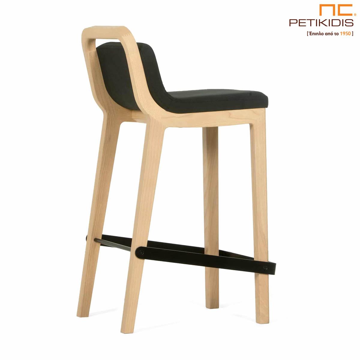 Σκαμπό Irida. Κατασκευάζεται σε δύο ύψη καθίσματος από μασίφ ξύλο. Το ύφασμα είναι σκούρο γκρι αδιάβροχο και αλέκιαστο.
