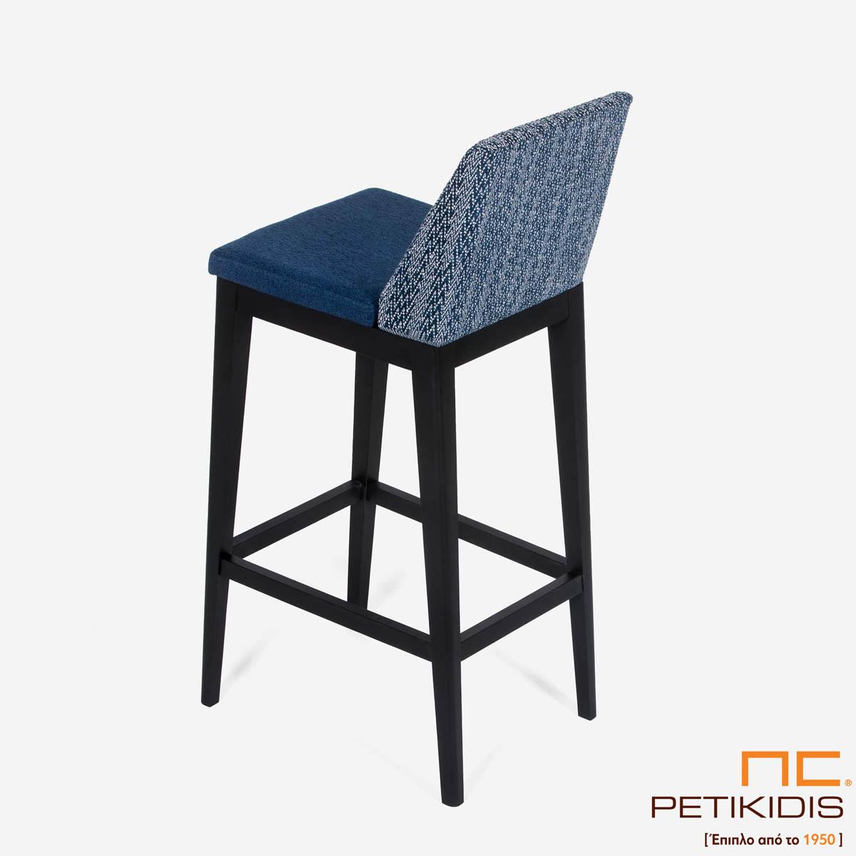 Σκαμπό Malta .Κατασκευάζεται σε δύο ύψη καθίσματος. Ο σκελετός είναι από μασίφ ξύλο και το ύφασμα είναι αδιάβροχο και αλέκιαστο σε τόνους του μπλε με διαφορετικό σχέδιο σε πλάτη και κάθισμα. Λεπτομέρεια.