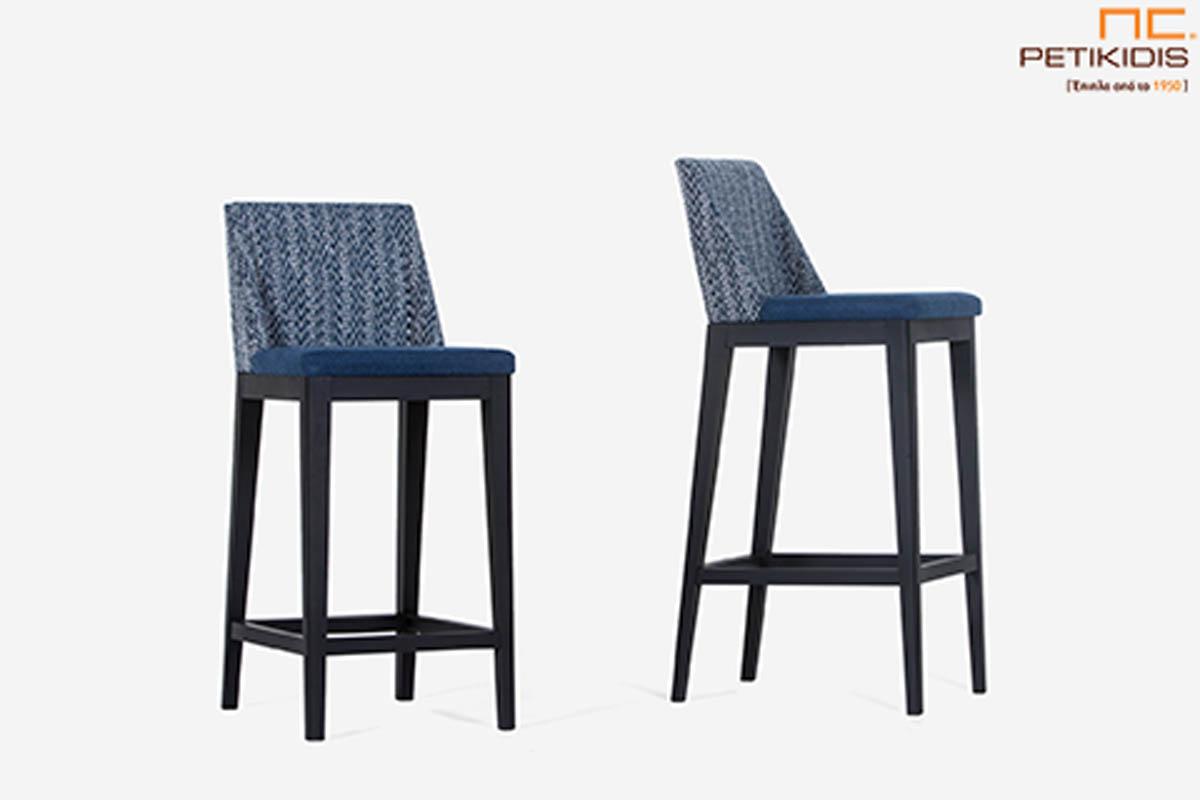 Σκαμπό Malta .Κατασκευάζεται σε δύο ύψη καθίσματος. Ο σκελετός είναι από μασίφ ξύλο και το ύφασμα είναι αδιάβροχο και αλέκιαστο σε τόνους του μπλε με διαφορετικό σχέδιο σε πλάτη και κάθισμα.