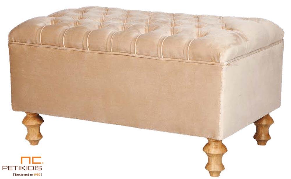 Ταμπουρέ-σκαμπό Ρέα με καπιτονέ κάθισμα και ξύλινα πόδια σε νεοκλασικό ύφος με βελούδινο μπεζ, αλέκιαστο και αδιάβροχο ύφασμα.