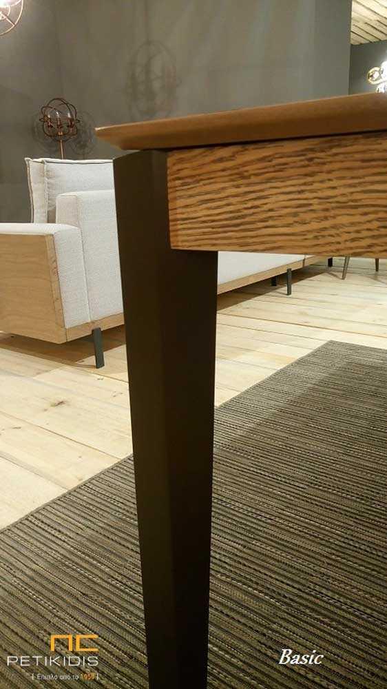 Τραπέζι Basic σε ξύλο δρυς ρουστίκ με λάκα στα πόδια. Έχει τη δυνατότητα προέκτασης. Λεπτομέρεια ποδιού.