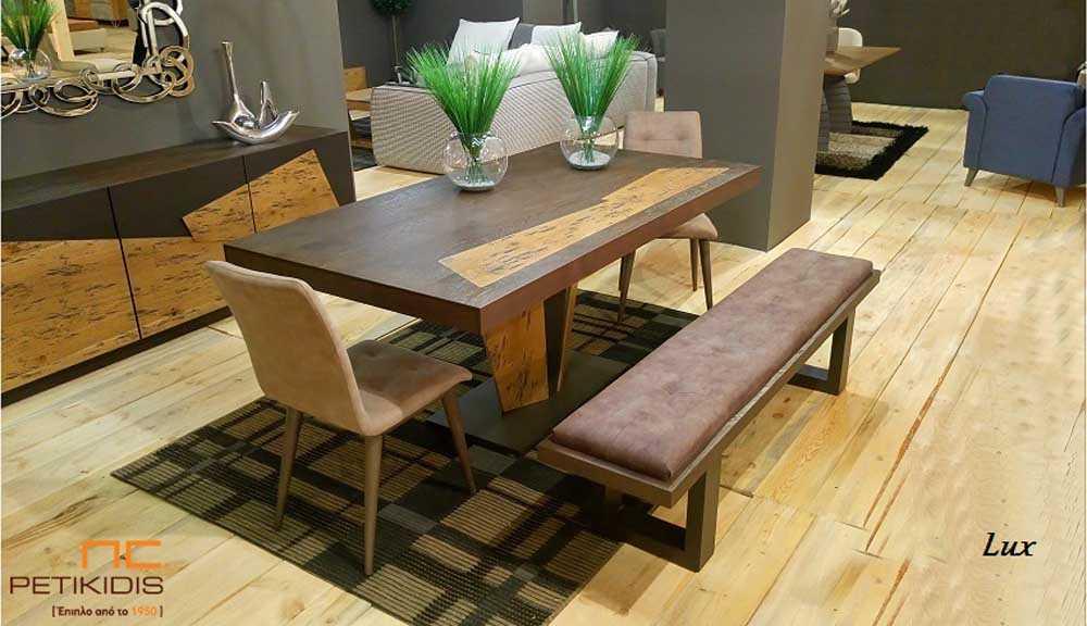 Τραπεζαρία Lux σε ξύλο δρυς ρουστίκ και λάκα με κεντρικό πόδι και δυνατότητα προέκτασης. Συνδυάζεται με καρέκλες και πάγκο.