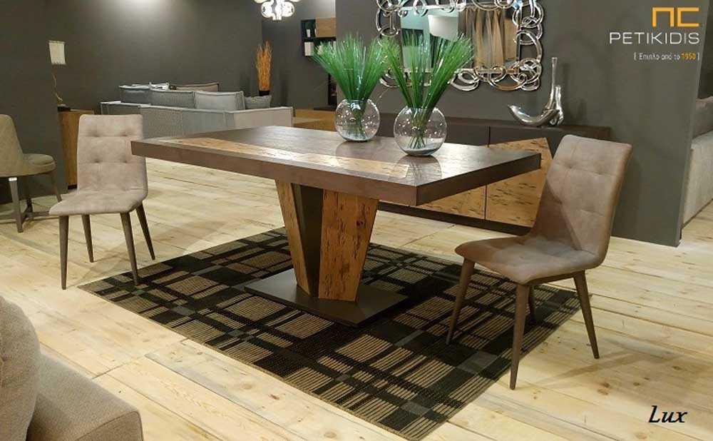Τραπέζι Lux σε ξύλο δρυς ρουστίκ και λάκα με κεντρικό πόδι και δυνατότητα προέκτασης.