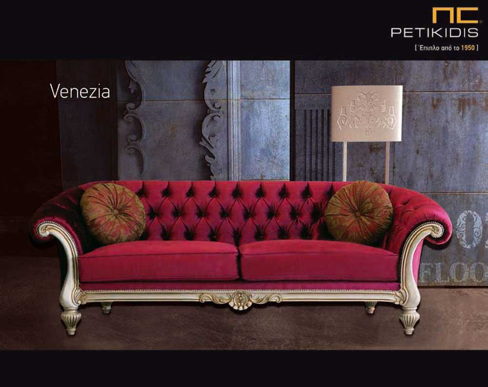 Σαλόνι Venezia2 με καπιτονέ πλάτη σε κλασικό ύφος. Διαθέτει ξύλινη μασίφ βάση σε πατίνα και βελούδινο κόκκινο ύφασμα.