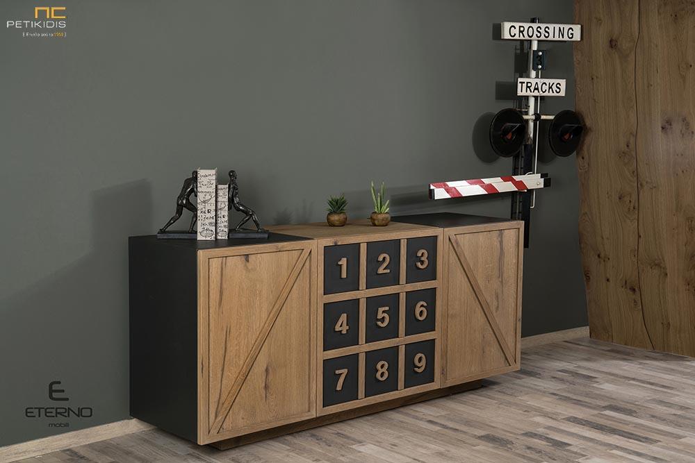 Μπουφές RUBIC από ξύλο ρουστίκ δρυς και λεπτομέρειες από λάκα. Διαθέτει δύο ντουλάπια και τρία μεγάλα συρτάρια . Μπορεί να παραχθεί και χωρίς τους αριθμούς.