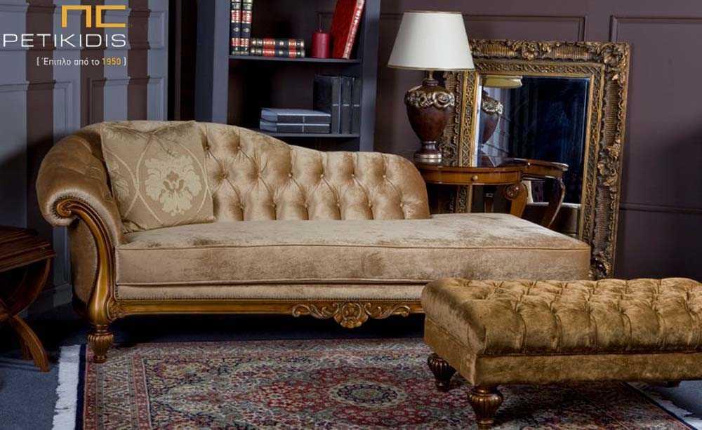 Ανάκλινδρο Venezia με καπιτονέ πλάτη σε νεοκλασικό ύφος. Η βάση του είναι από μασίφ ξύλο οξιάς και διαθέτει ύφασμα βελούδο σε χρυσές αποχρώσεις.