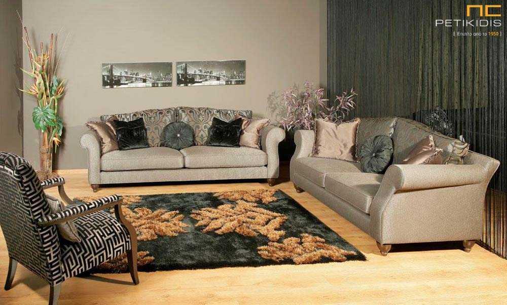 Σαλόνι Kingsize σε νεοκλασικό ύφος. Ύφασμα σε καφέ μονόχρωμη βάση και μαξιλάρια καθίσματος και λουλούδια στα μαξιλάρια της πλάτης στους ίδιους χρωματικούς τόνους.
