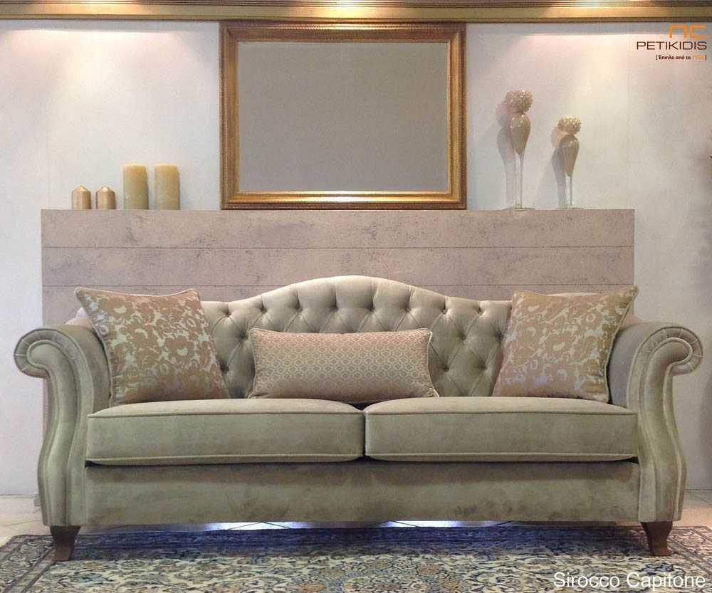 Σαλόνι Sirocco σε κλασικό ύφος με καπιτονέ πλάτη, στρογγυλά μπράτσα και ύφασμα βελούδο αδιάβροχο σε εκρού χρώμα.