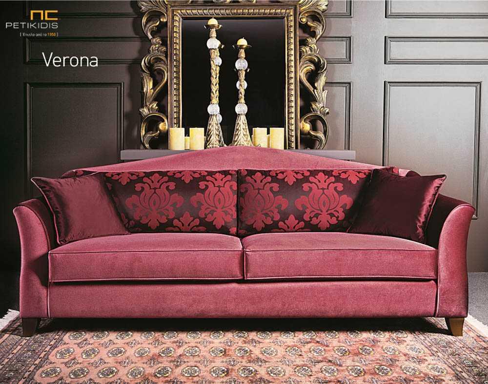 Σαλόνι Verona σε κλασσικό ύφος. Το ύφασμα είναι αδιάβροχο βελούδο σε κόκκινες αποχρώσεις και τα μαξιλάρια της πλάτης είναι συνδυασμένα με λουλούδια στην ίδια χρωματική παλέτα.