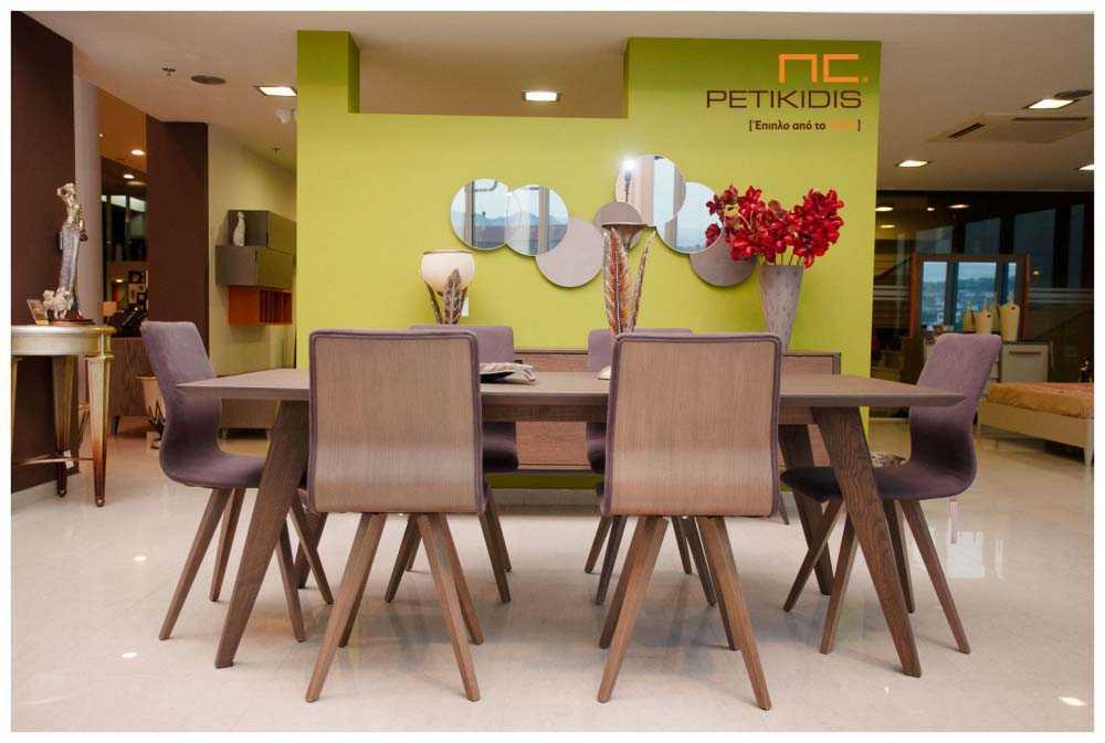 Τραπεζαρία 60s σε ξύλο δρυς και καρέκλες Νο34 με ξύλινη πλάτη και αλέκιαστο αδιάβροχο ύφασμα.